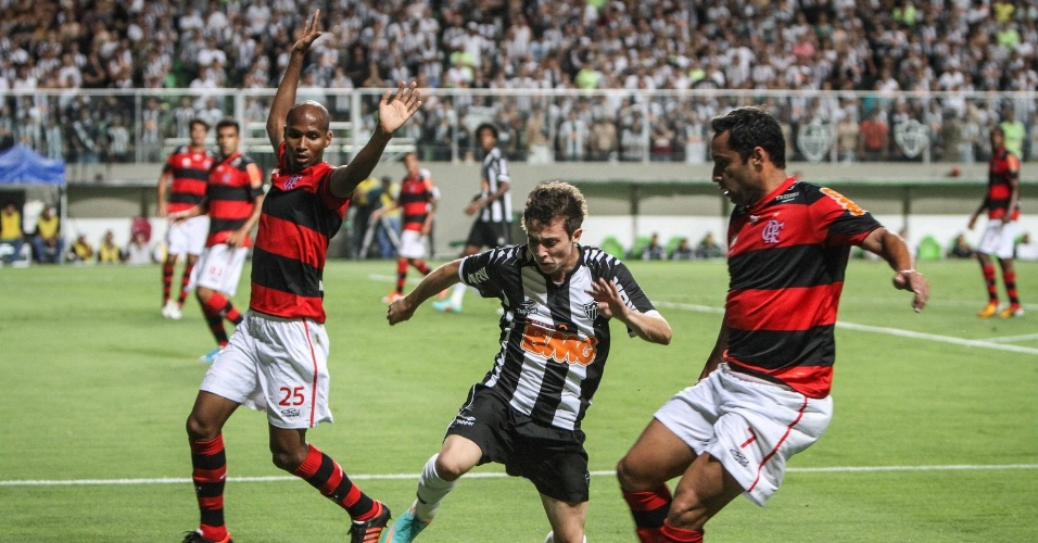 Bernard tenta passar pela forte marcação do Flamengo em jogo no Independência (31/10/2012)