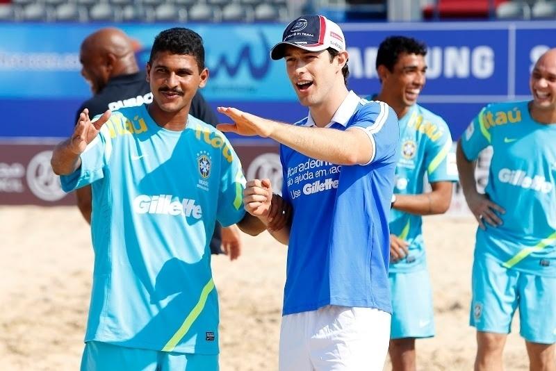 Bruno Senna recebe dicas para bater pênalti durante encontro com a seleção de futebol de areia em Dubai (01/11/2012)