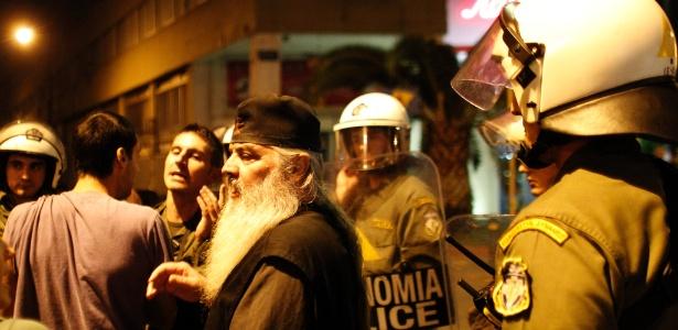 Em Atenas, na Grécia, religiosos protestam contra peça que retrata Jesus como homossexual (25/10/12) - Kostas Tsironis/AP Photo