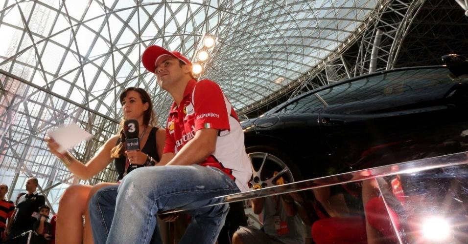 Felipe Massa é entrevistado durante visita ao