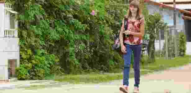 Isadora Faber caminha todos os dias até a escola em que estuda - Marco Dutra/UOL