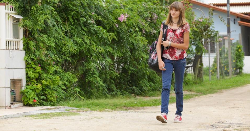 """Isadora sempre caminha 700 metros até a escola, mesmo com chuva. """"Minha mãe nunca me leva"""", resmunga"""