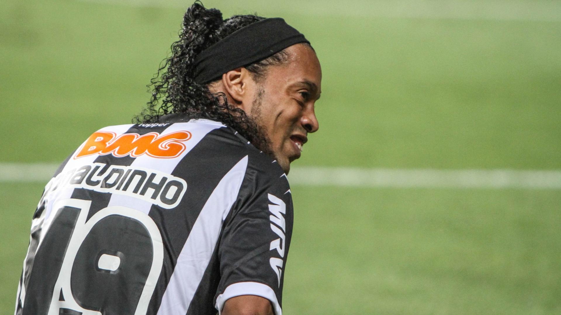No chão, Ronaldinho Gaúcho reclama de falta na partida contra o Flamengo no Independência