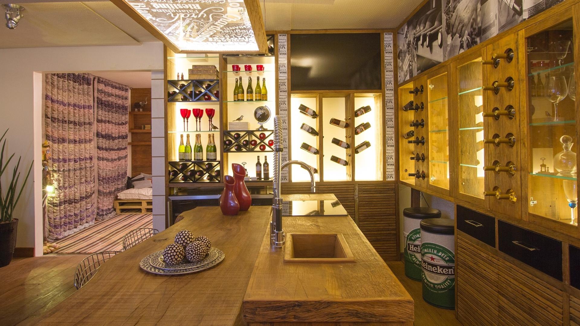 O Wine Bar, criado por Sonia e Mayara Stecca, utiliza fibras, tecidos e madeira de demolição, combinação que proporcionou ao ambiente uma luz dourada. A Casa Cor Campinas fica em cartaz até dia 2 de dezembro de 2012, na Cúria Metropolitana. São 36 ambientes, mais de 45 profissionais e 2.695 m² de área construída em estilo Art Déco