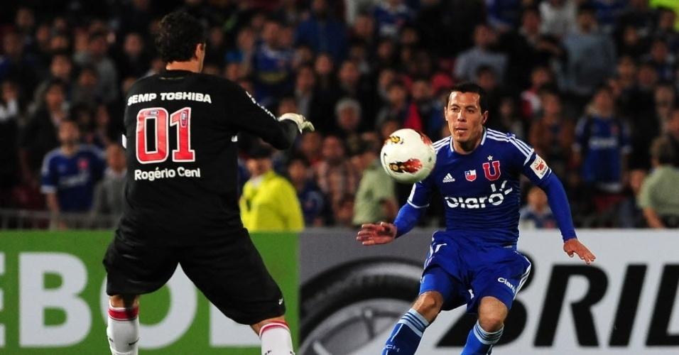 Rogério Ceni sai do gol para segurar a bola e evitar lance ofensivo da Universidad do Chile