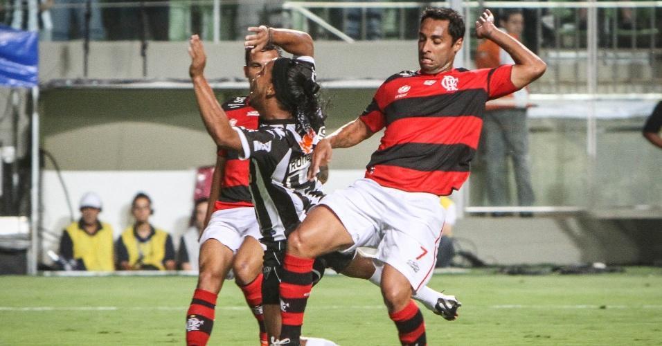 Ronaldinho Gaúcho sofre falta na partida entre Flamengo e Atlético-MG no Independência