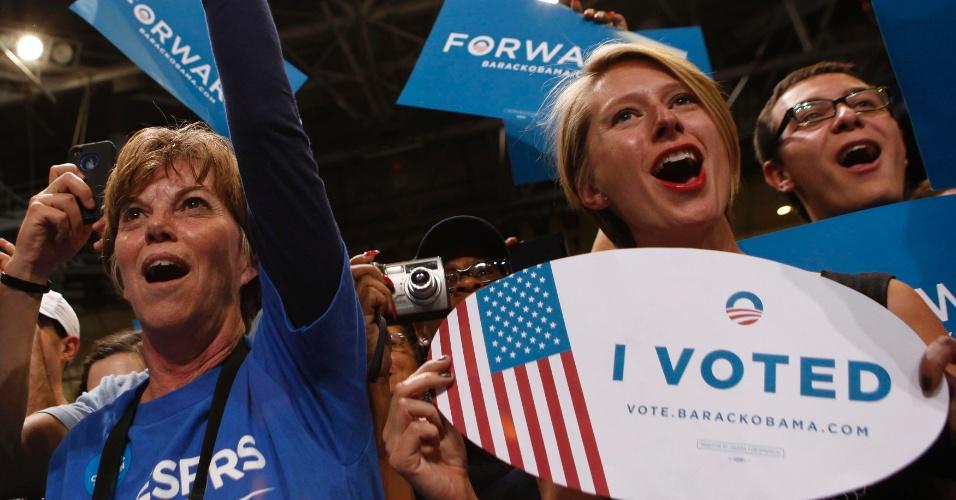 1º.nov.2012 - Apoiadores torcem pelo presidente Barack Obama em evento de campanha na Universidade do Colorado Boulder