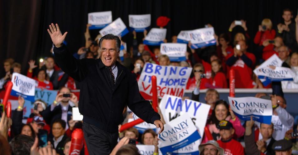 1º.nov.2012 - Mitt Romney, candidato republicano à Presidência dos EUA, acena ao chegar ao palco durante comício na Virgínia