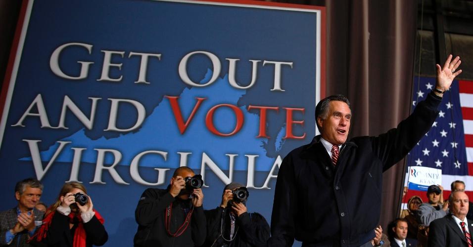 1º.nov.2012 - Mitt Romney, candidato republicano à Presidência dos EUA, acena durante comício na Virgínia