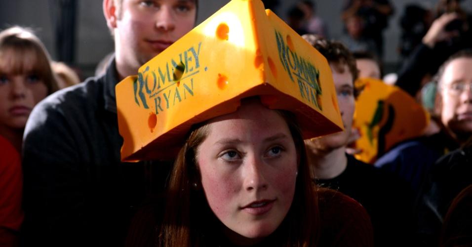 2.nov.2012 - Apoiadores do candidato republicano Mitt Romney participam de um comício em West Allis, Wiconsin, chamado de Estado do queijo nos EUA
