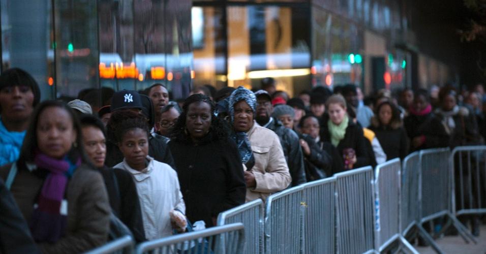 2.nov.2012 - Moradores esperam por ônibus expressos para Manhattan a partir do Brooklyn, em grande fila, em Nova York