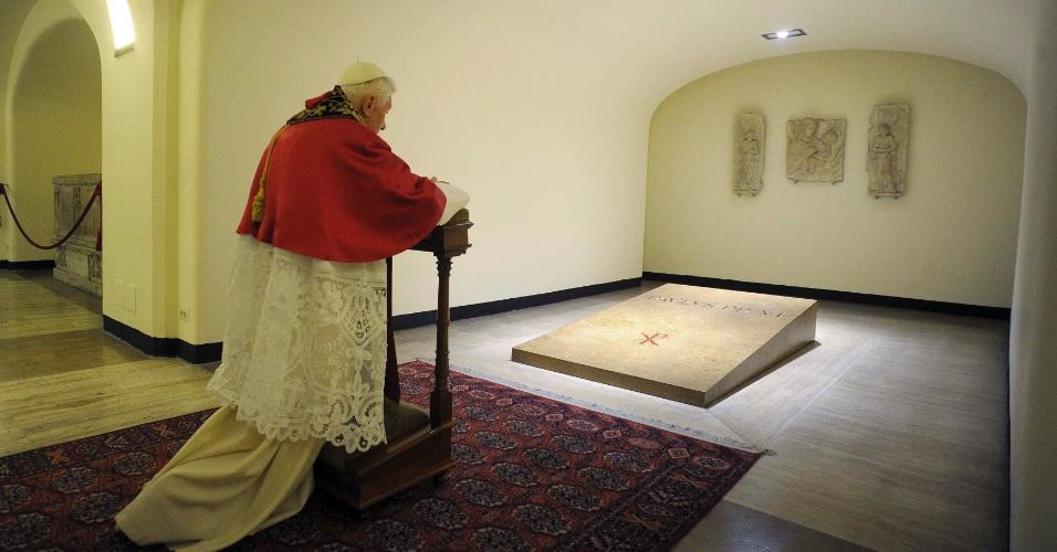 2.nov.2012 - O papa Bento 16 reza diante dos túmulos dos antigos papas durante o Dia de Todos os Santos, no Vaticano