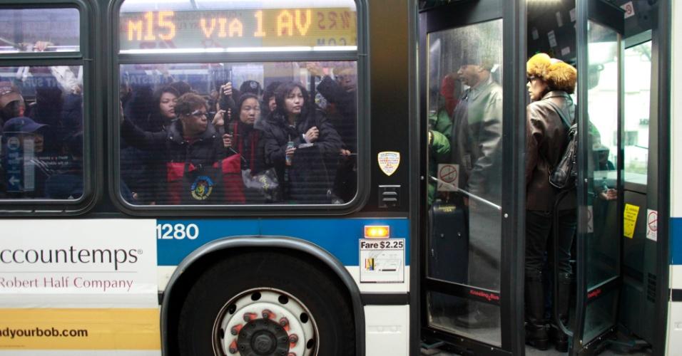 2.nov.2012 - Pessoas andam em ônibus lotado em Nova York. Quatro dias depois da passagem do furacão Sandy pela cidade, o transporte público volta a funcionar aos poucos 2.nov.2012 - Pessoas andam em ônibus lotado em Nova York. Quatro dias depois da passagem do furacão Sandy pela cidade, o transporte público volta a funcionar aos poucos
