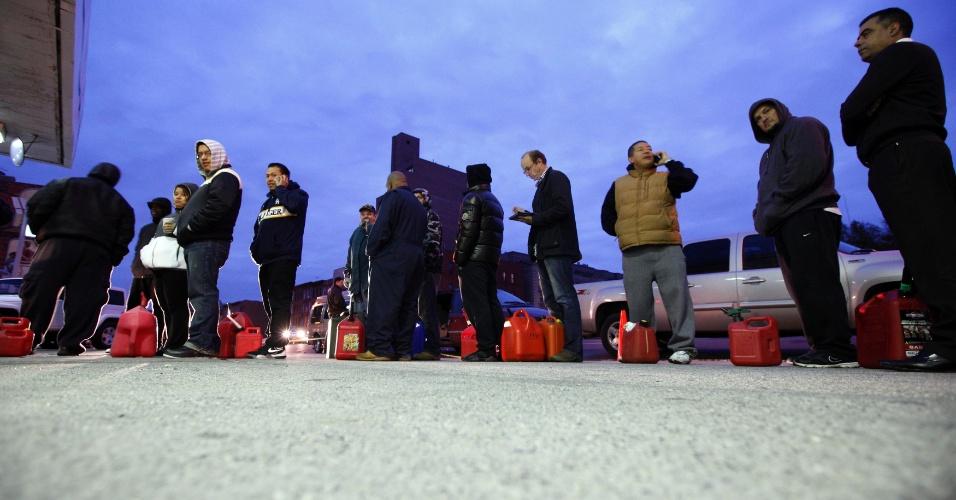 2.nov.2012 - Pessoas esperam por gasolina em uma estação de abastecimento no Brooklyn, em Nova York, nesta sexta-feira (2).  Depois de todos os problemas que a tempestade Sandy causou em Nova York durante sua passagem, a cidade está sofrendo com a falta de gasolina