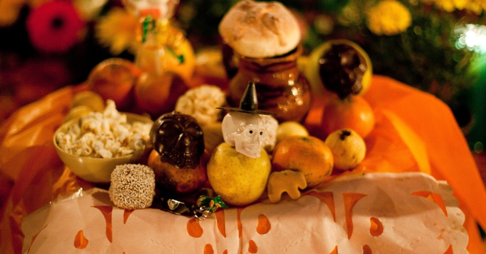 2.nov.2012 - Túmulo de criança no cemitério de San Gregório Atlapulco, na cidade do México, é enfeitado com doces