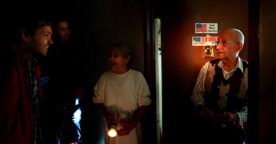 2.nov.2012 - Voluntários distribuem água e alimentos em edifício popular em Nova York. Todas as moradias públicas da cidade estão sem água, luz e aquecimento. O transporte público está limitado e a contagem de mortos não para de subir, conforme os norte-americanos começam a se recuperar da passagem do furacão Sandy