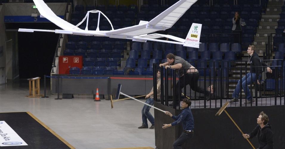 2.nov.2012 -Estudantes da Universidade Técnica de Brraunschweig, na Alemanha, tentam pilotar um avião de papel de envergadura de 15 metros, durante teste para obter o recorde mundial. Os alunos não conseguiram bater o recorde atua, que é de uma trajetória de vôo de 15 metros