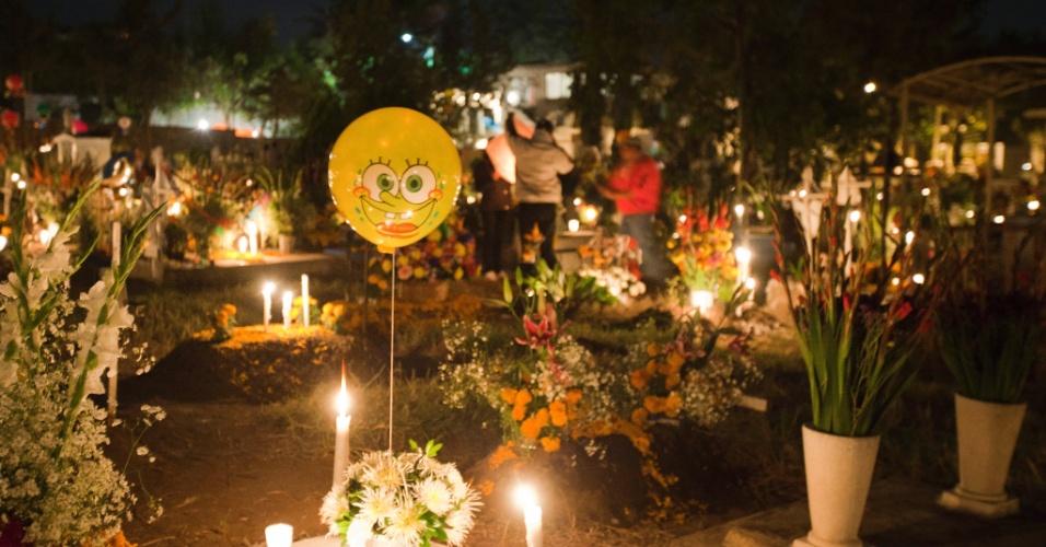 2.nov.2021 - Cemitério de San Gregório Atlapulco, na cidade do México, é enfeitado com flores e balões