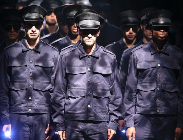 """A Ellus teve """"Police"""" (""""polícia"""", em inglês) como tema da sua coleção de Inverno 2013 e abriu seu desfile no São Paulo Fashion Week com um batalhão de homens vestidos com tradicionais calças e jaquetas, confirmando a tendência internacional do militarismo  - Alexandre Schneider/UOL"""