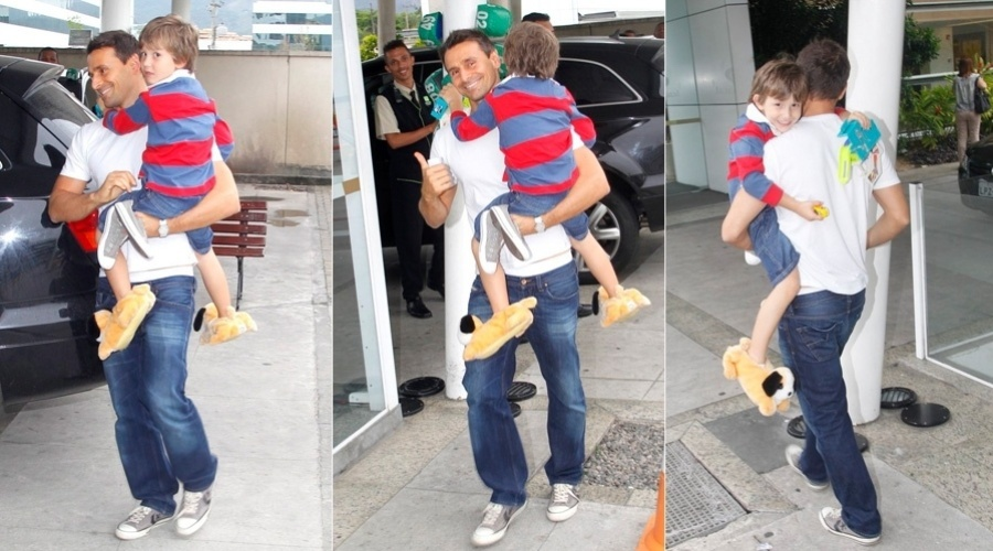 Acompanhado de Lucas, Murilo Rosa deixou a maternidade após visitar a mulher, Fernanda Tavares, na maternidade na zona oeste do Rio (2/11/12). Segundo informação do pai da modelo, Artur nasceu às 23:05h desta quinta-feira pesando 3,85kg