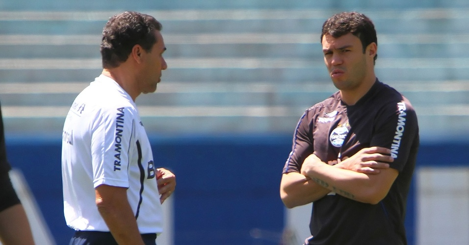 Atacante Kleber conversa com o técnico Vanderlei Luxemburgo durante treino do Grêmio, no Olímpico (02/11/12)