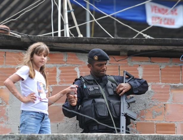 Criança e soldado do Bope na inauguração das Unidades de Polícia Pacificadora no Morro dos Macacos, em Vila Isabel, no Rio de Janeiro