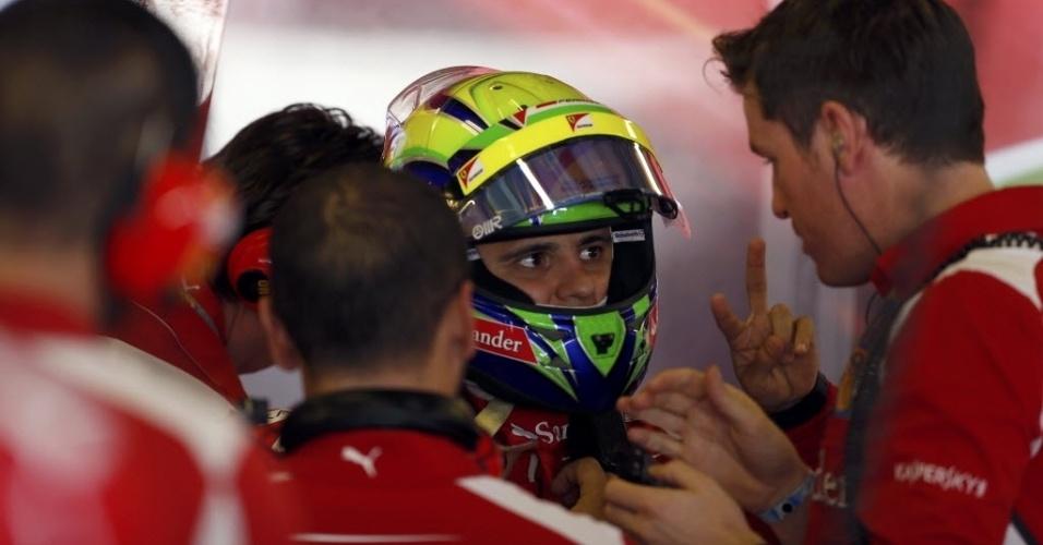 Felipe Massa conversa com funcionários da Ferrari durante primeiro treino livre para o GP dos Emirados Árabes