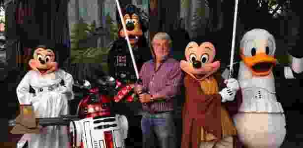 """George Lucas em meio a personagens da Disney vestidos com trajes de """"Star Wars"""" - Getty Images"""