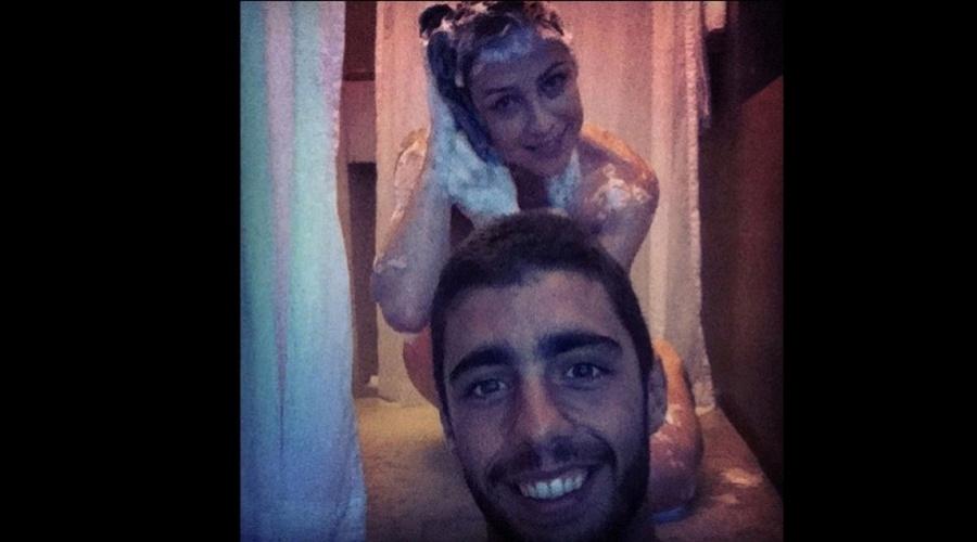 """Luana Piovani apareceu ensaboada em uma foto divulgada por Pedro Scooby, seu marido, por meio do Twitter (2/11/12). Luana está na novela """"Guerra dos Sexos"""""""