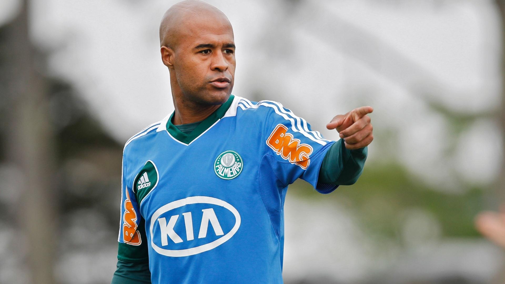 Marcos Assunção dá orientações a companheiro durante treino