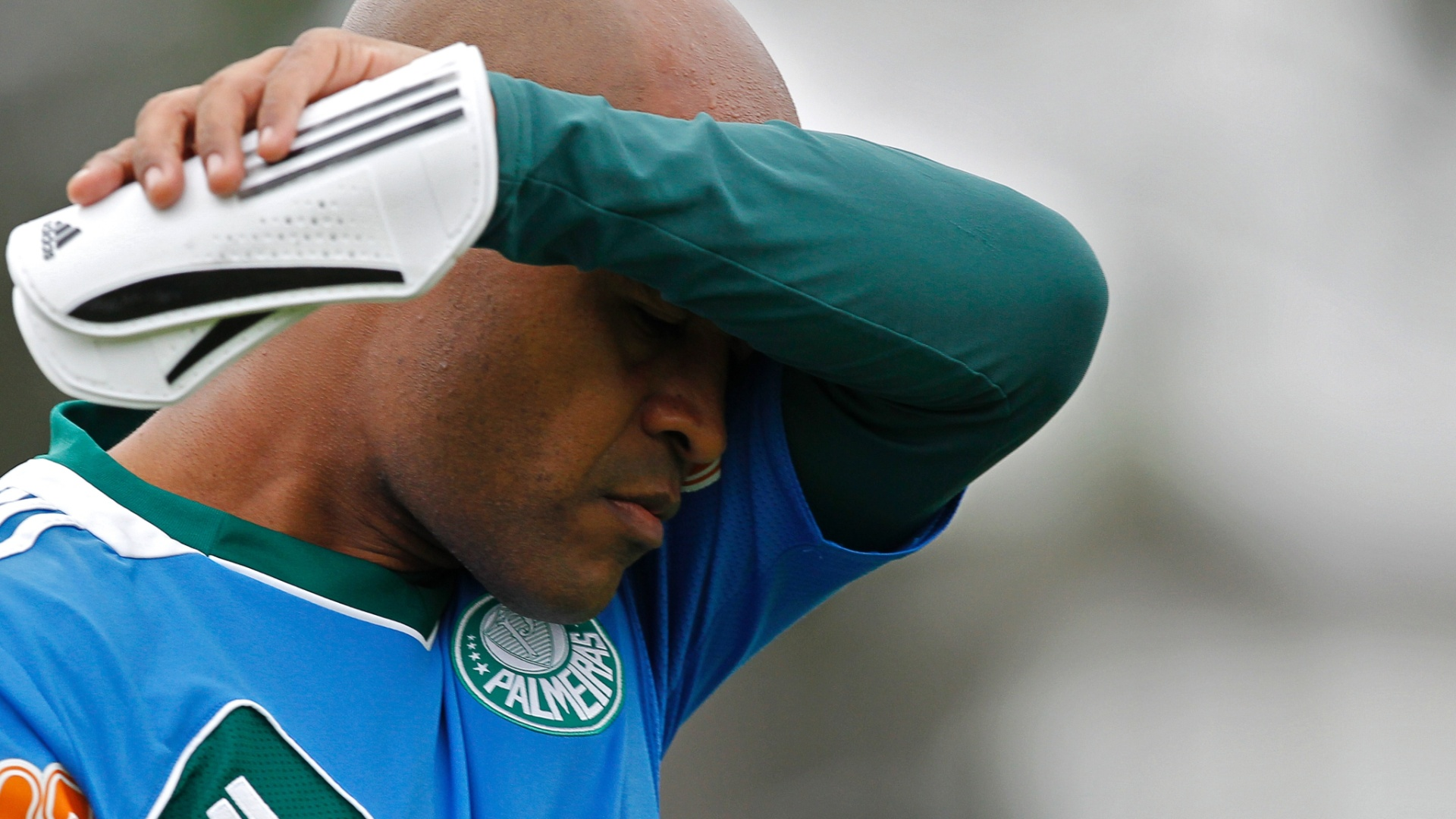 Marcos Assunção deixou o treino sem cobrar faltas para evitar dores no joelho
