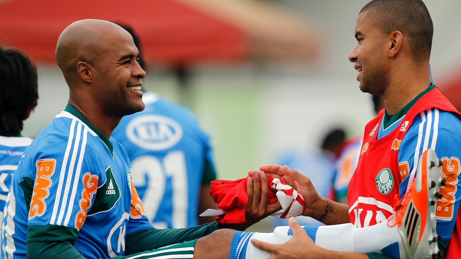 Maurício Ramos e Marcos Assunção se divertem durante aquecimento do Palmeiras