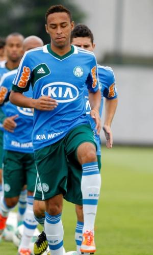 Wellington, zagueiro que veio da base do Palmeiras, se aquece antes de treino