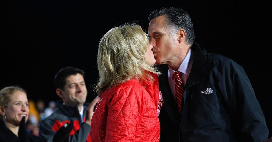 2.nov.2012 - Mitt Romney, candidato republicano à Presidência dos EUA, beija sua mulher Ann no palco, durante um comício de campanha em West Chester, Ohio (EUA)