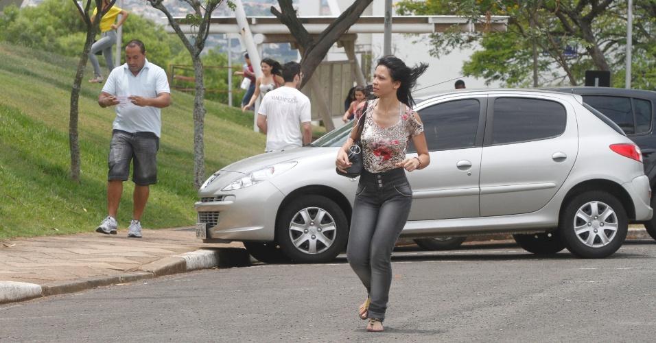 3.nov.2012 - Aluna corre para não perder o primeiro dia de provas do Enem em Campinas, no interior de São Paulo