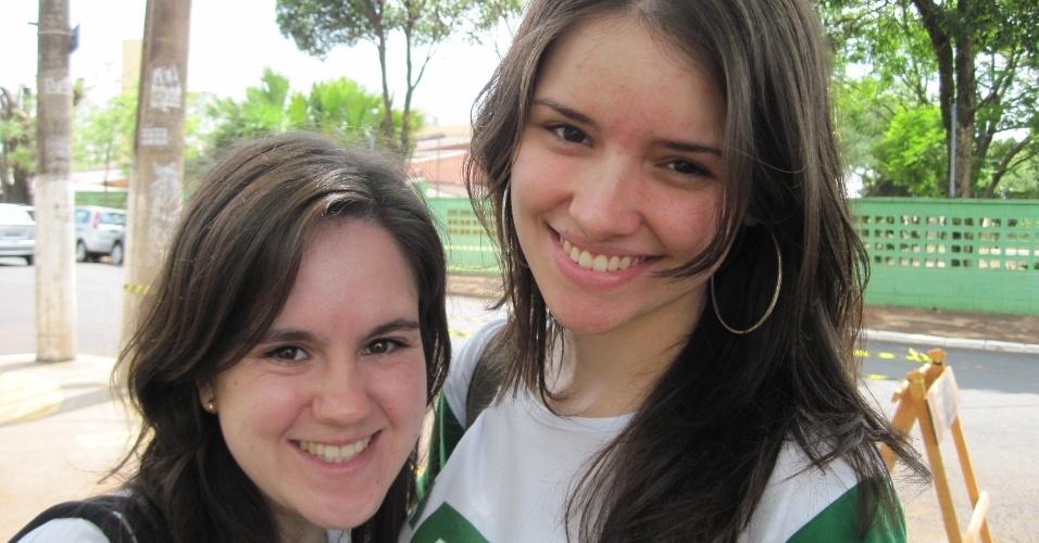 3.nov.2012 - Alunas chegam com antecedência aos locais de prova do Enem 2012 em Ribeirão Preto, no interior de São Paulo