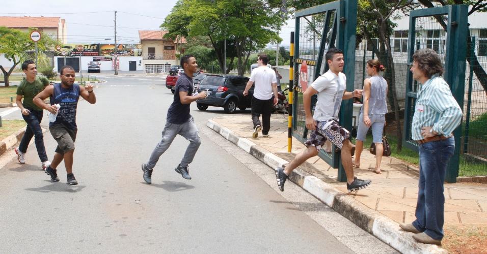 3.nov.2012 - Alunos correm antes do fechamento dos portões de local de prova em Campinas, no interior de São Paulo, neste sábado (3)