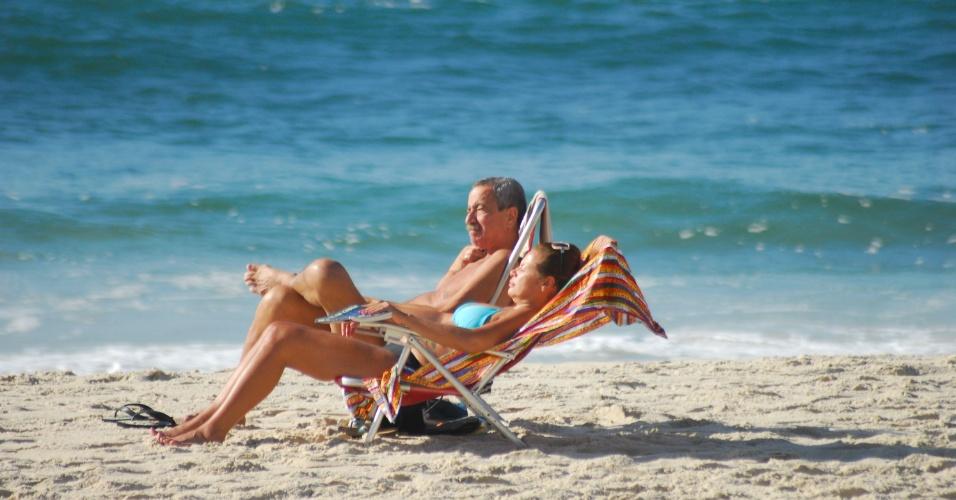 3.nov.2012 - Banhistas aproveitam dia de sol na praia de Copacabana, zona sul do Rio de Janeiro (RJ), na manhã deste sábado (3). Às 16h, os termômetros marcaram 22ºC