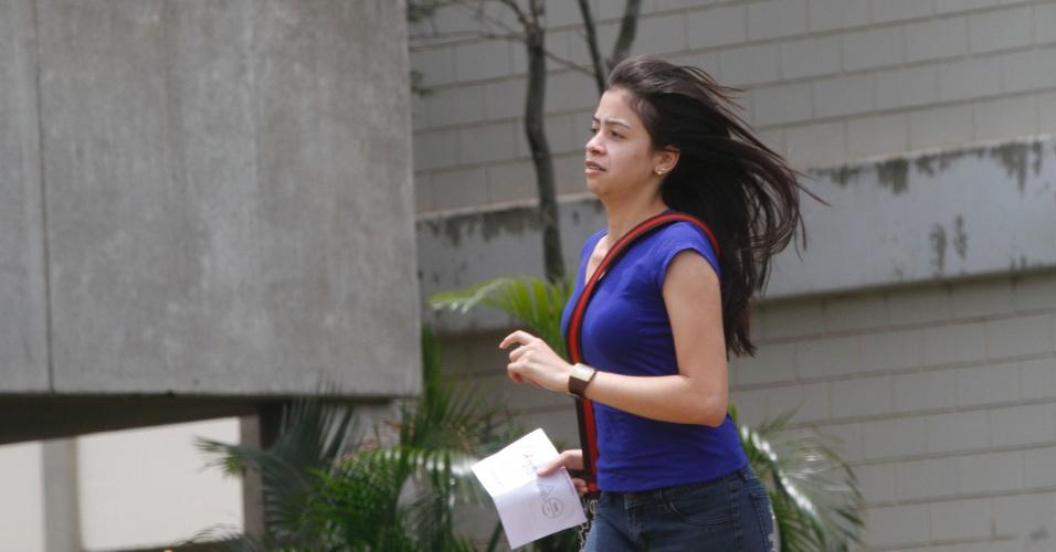 3.nov.2012 - Candidata se apressa para não perder o primeiro dia de provas do Enem em Campinas (SP), neste sábado (3)
