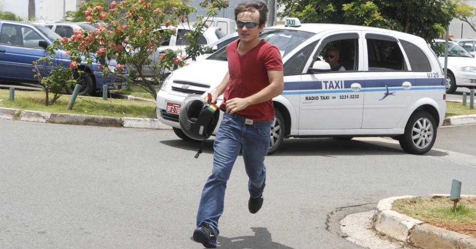 3.nov.2012 - Candidato corre para não chegar atrasado ao primeiro dia de provas do Enem em Campinas, no interior de São Paulo, neste sábado (3)