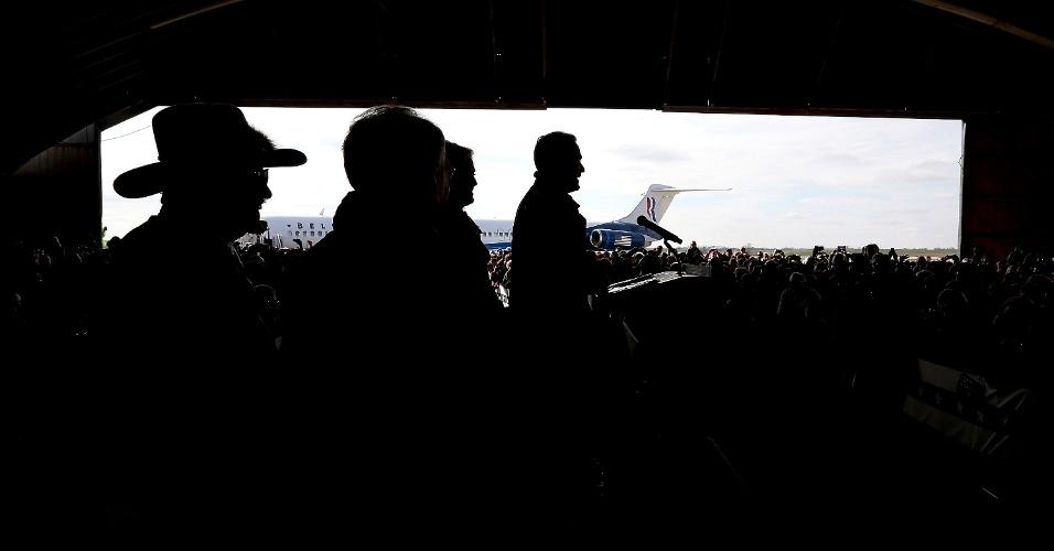 3.nov.2012 - Candidato republicano à presidência dos EUA, Mitt Romney discursa em comício em aeroporto regional na cidade de Dubuque, Iowa. Com menos de uma semana para a terça-feira (6), dia da eleição, Romney vem fazendo campanha pelos Estados considerados indecisos, como Ohio, Iowa, Wisconsin