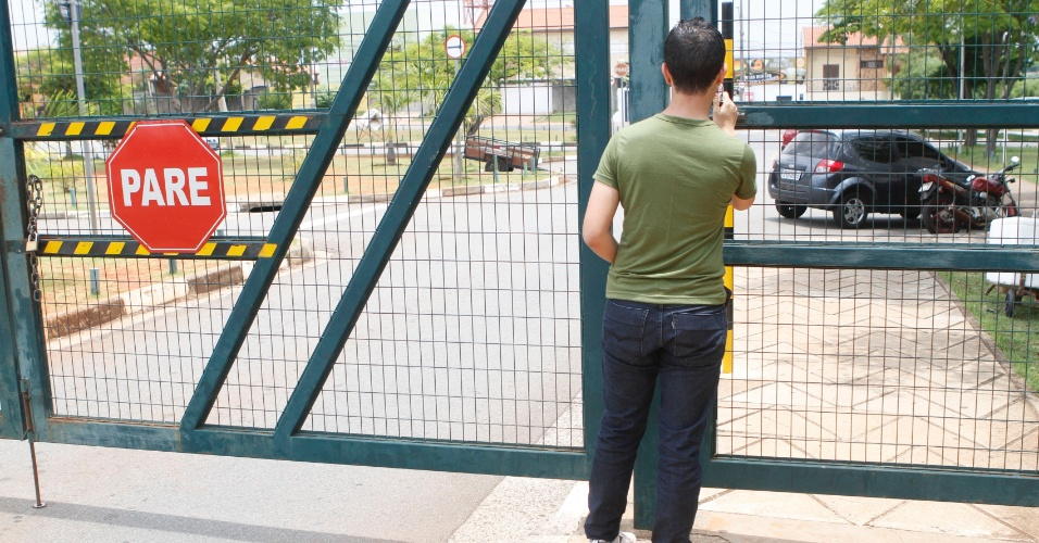 3.nov.2012  - Candidato se depara com portão fechado em local de prova em Campinas, no primeiro dia de provas do Enem, neste sábado (3)