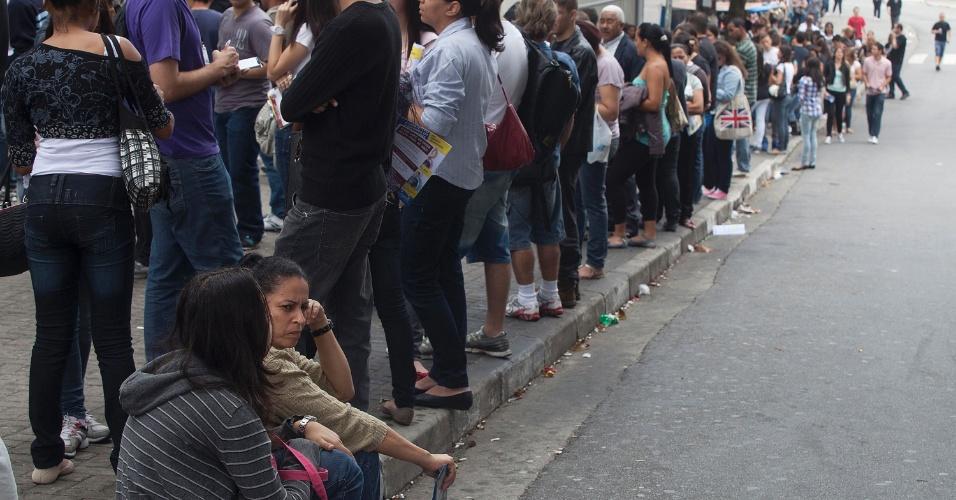 3.nov.2012 - Candidatos esperam em fila para entrar nos locais de prova do Enem 2012 na zona oeste de São Paulo