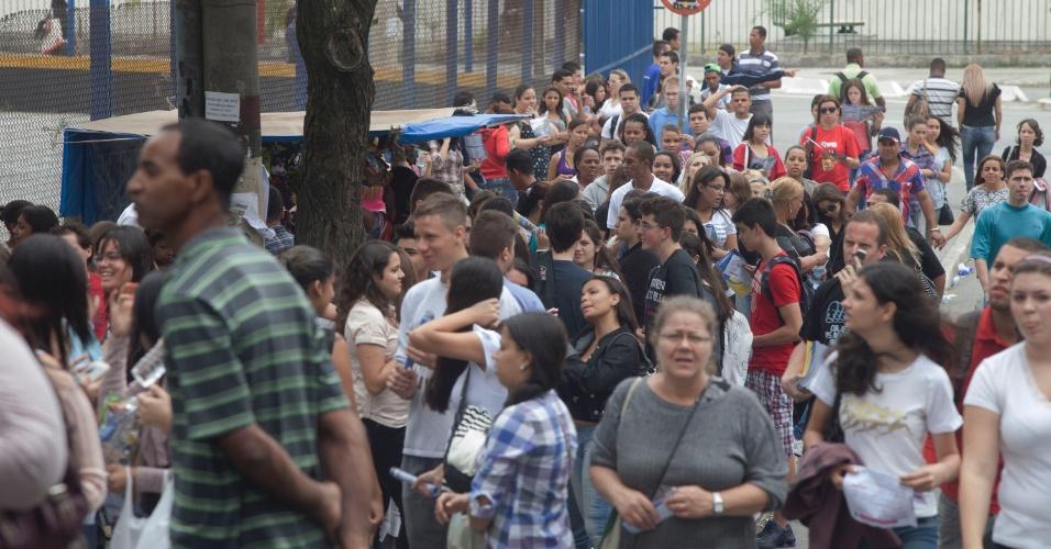 3.nov.2012 - Candidatos chegam com antecedência aos locais de prova do Enem 2012 na zona oeste de São Paulo