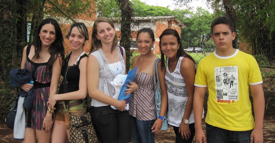 3.nov.2012 - Estudantes chegam com antecedência aos locais de prova do Enem 2012 em Ribeirão Preto, no interior de São Paulo