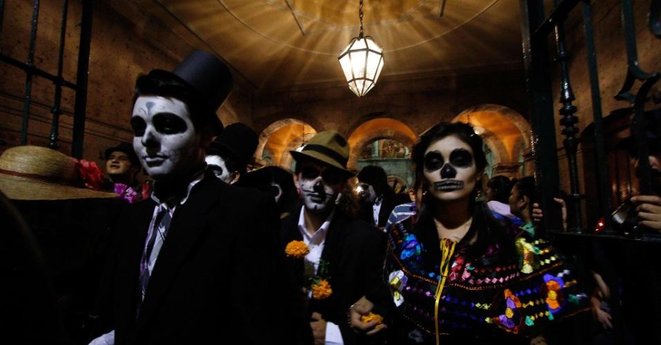 """3.nov.2012 - Fantasiados de """"La Catrina"""" participam de celebração do Dia dos Mortos em Guadalajara (México)"""