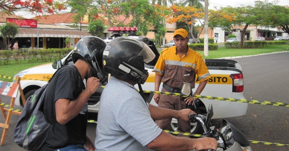 3.nov.2012 - Fiscal de trânsito orienta motociclista da mudanças de vias no entorno dos colégios em Ribeirão Preto, interior de São Paulo, na manhã deste sábado (3), primeiro dia de provas do Enem 2012 (Exame Nacional do Ensino Médio)