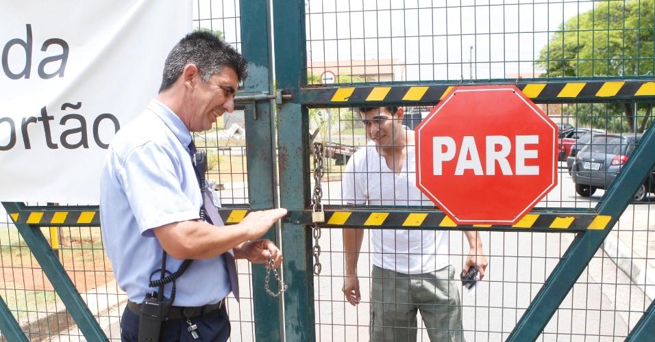 3.nov.2012 - Fiscal impede entrada de aluno que chegou atrasado ao primeiro dia de provas do Enem em Campinas (SP), neste sábado (3)
