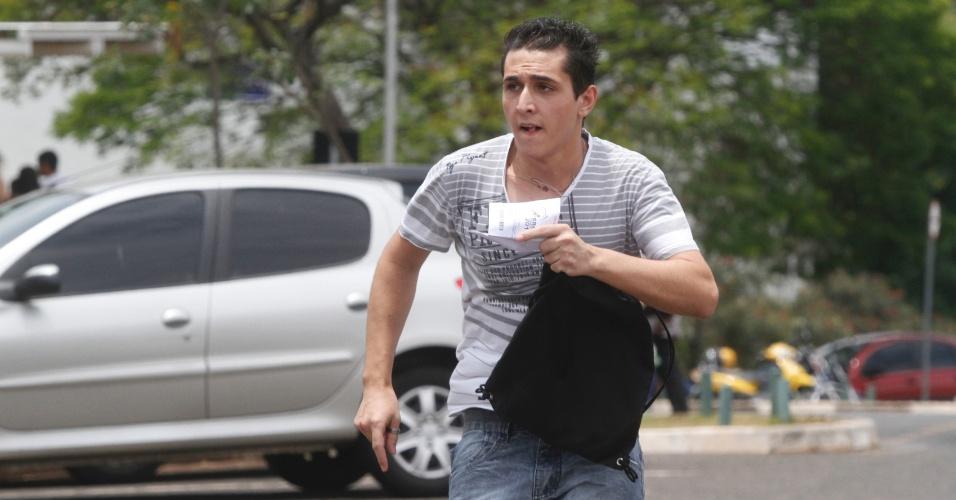 3.nov.2012 - Garoto corre para não perder o primeiro dia de provas do Enem em Campinas, no interior de São Paulo, neste sábado (3)