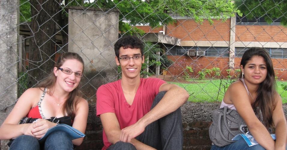 3.nov.2012 - Grupo de alunos chega com antecedência aos locais de prova do Enem 2012 em Ribeirão Preto, no interior de São Paulo